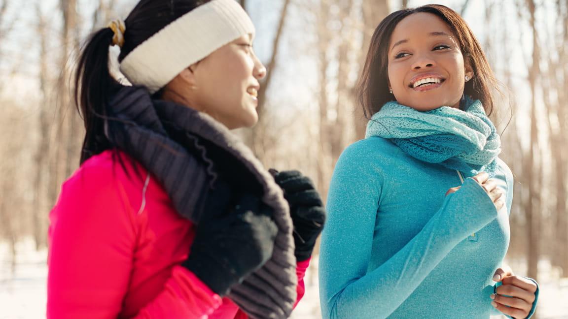 mujeres haciendo ejercicio al aire libre en clima frío