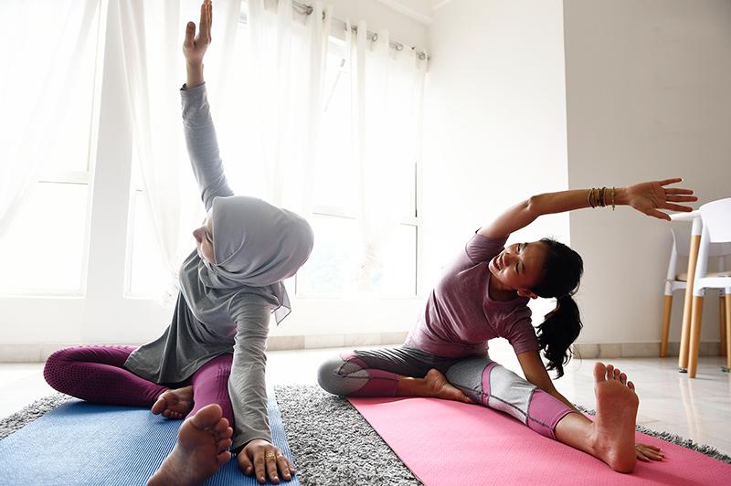 madre e hija hacen yoga en casa