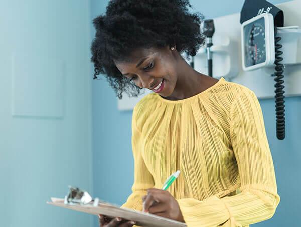mujer firma un formulario de consentimiento médico