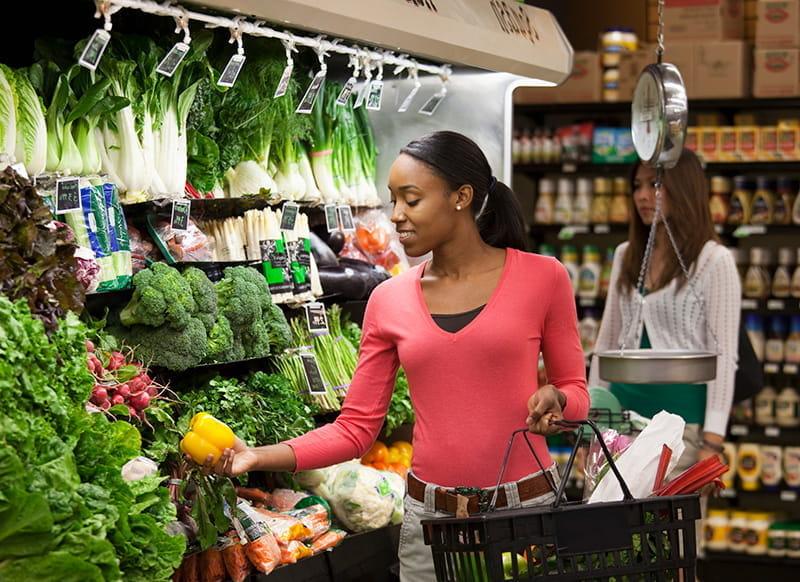 Una mujer compra productos agrícolas