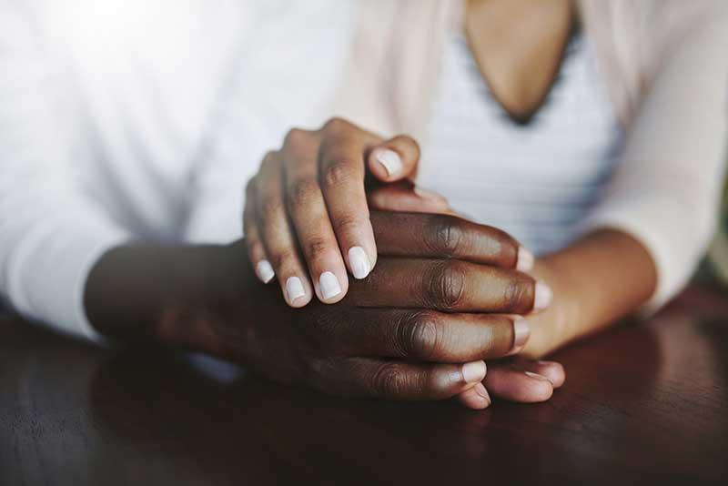 primer plano de una pareja tomada de la mano