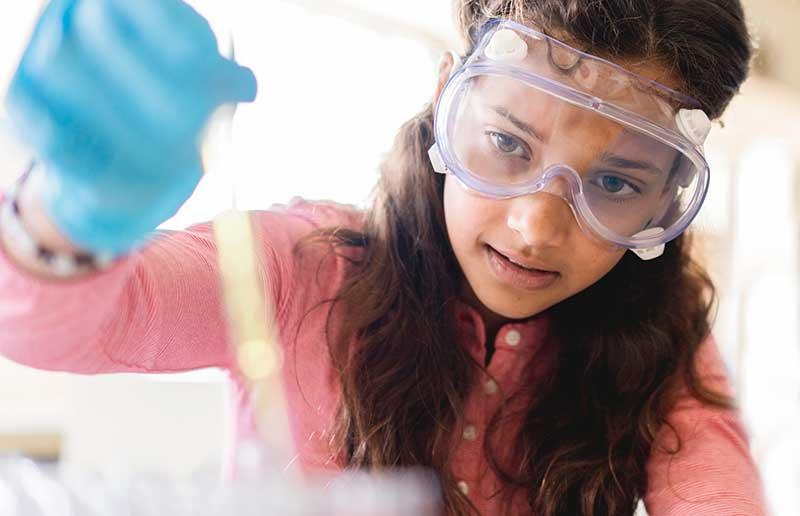 niña haciendo un experimento