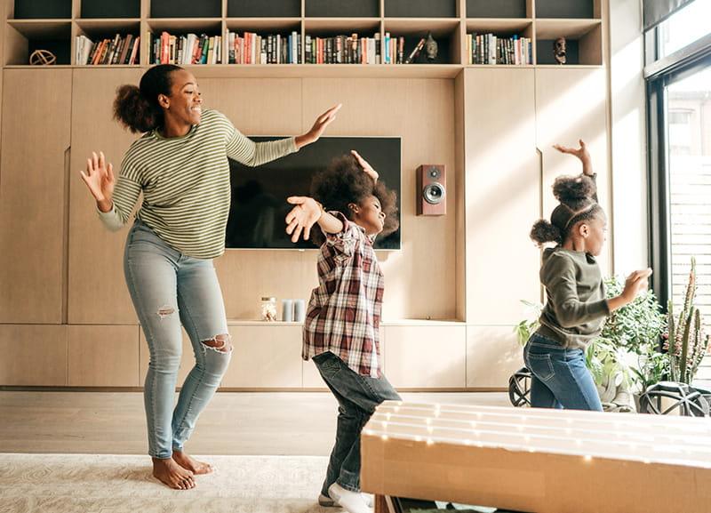 mamá baila con las hijas en casa