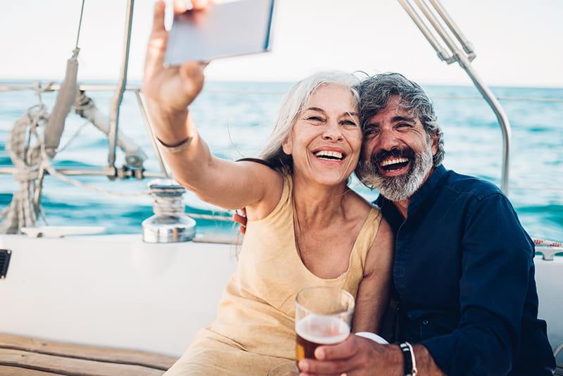 feliz pareja en un velero tomándose una foto
