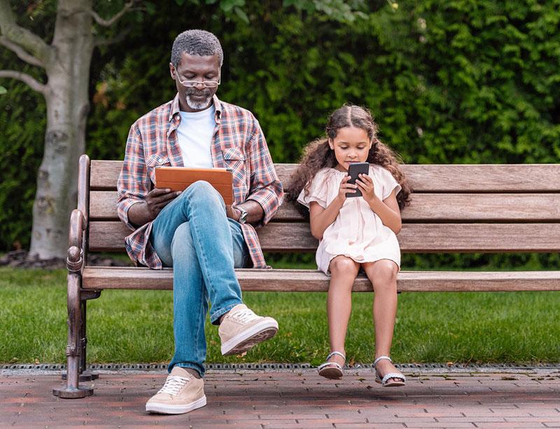 abuelo y niño encima de un banco