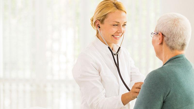 doctora escuchando el latido de un paciente