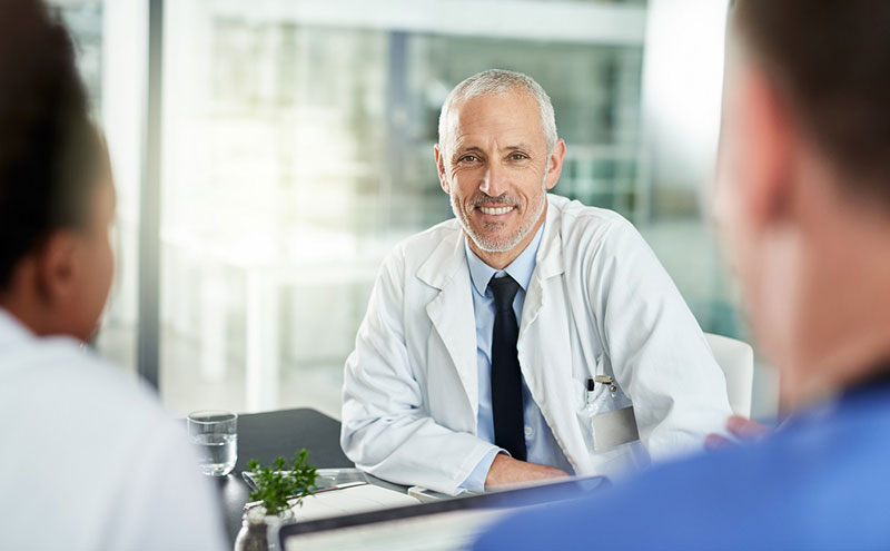 médicos en una reunión