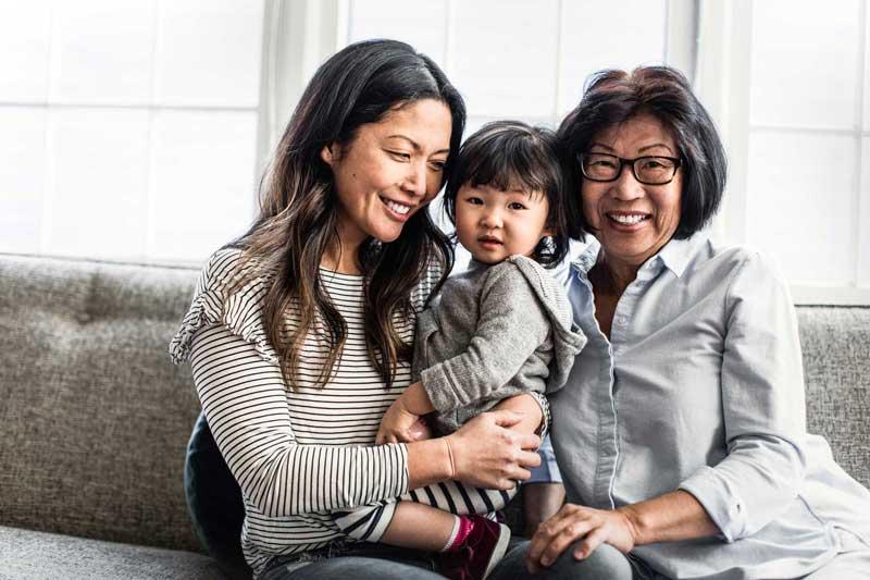 Bebé con la mamá y la abuela