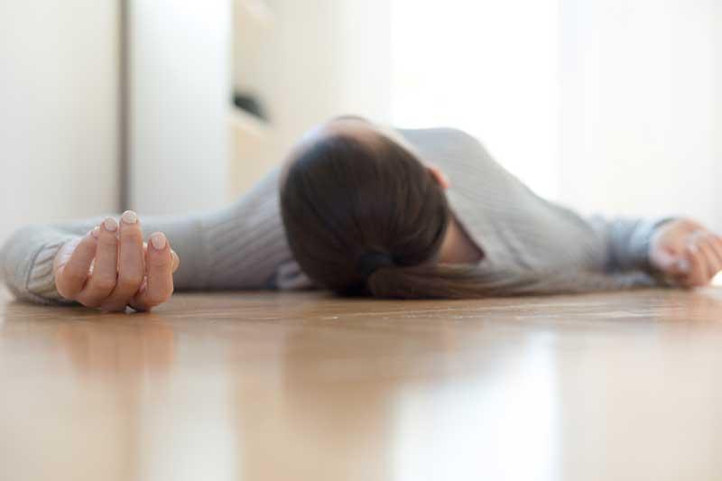 Una mujer desmayada en el piso