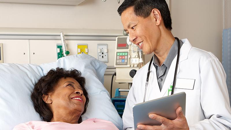médico con paciente en el hospital
