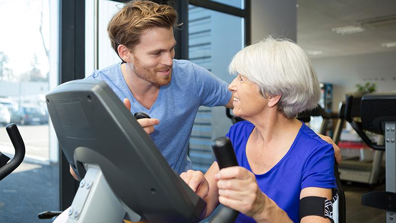 terapeuta con una mujer mayor haciendo ejercicio