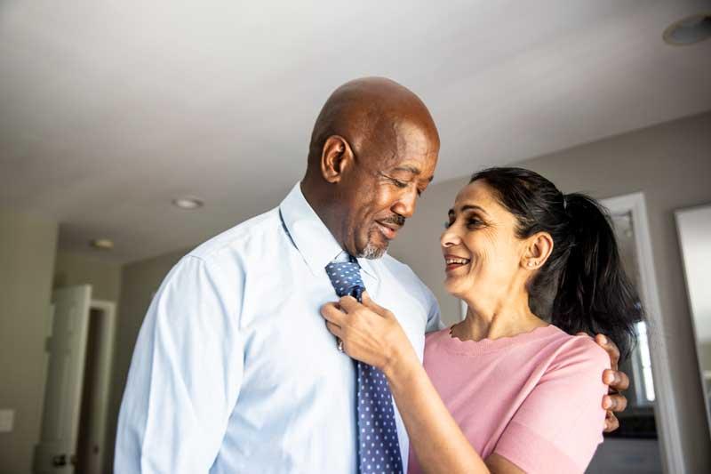 esposa acomodando la corbata de su esposo