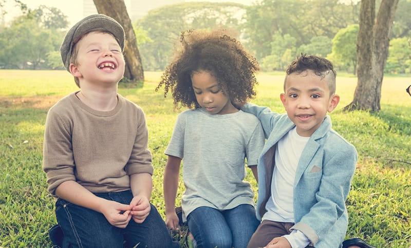 Tres niños sentados afuera