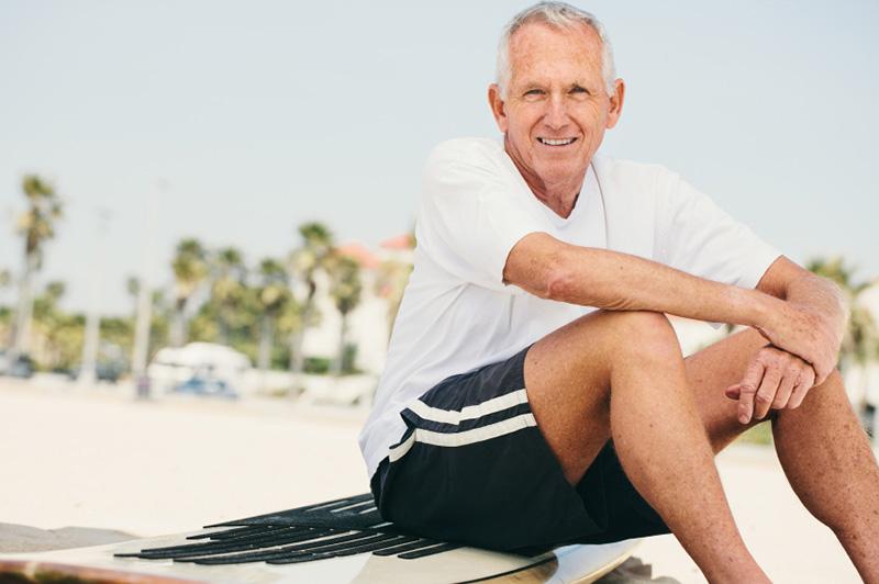 hombre mayor en una tabla de surf