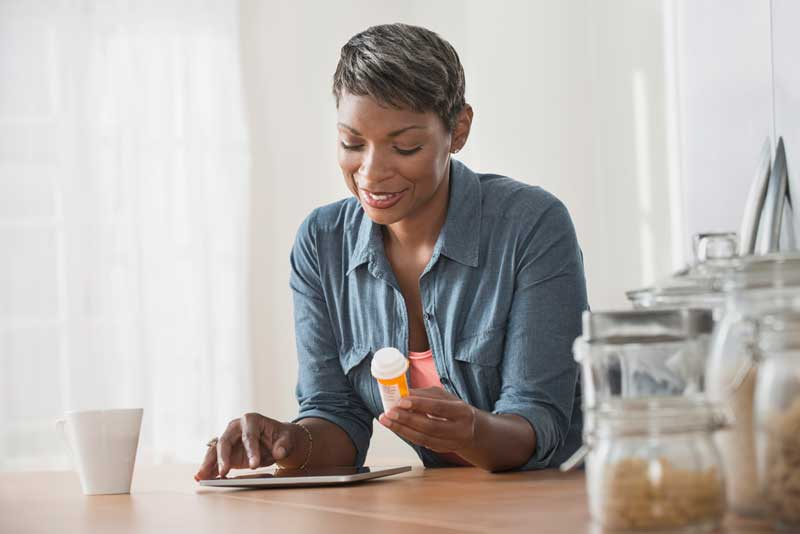 mujer mirando su receta en una tableta