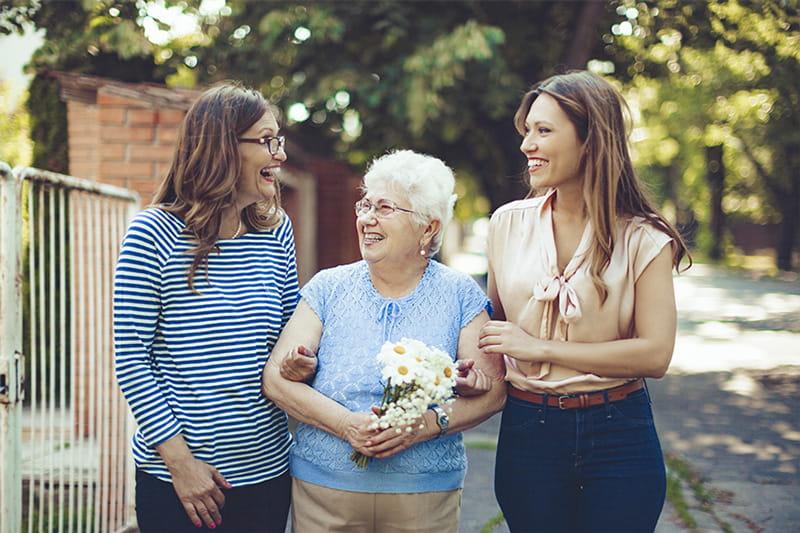 mujeres jóvenes con abuela