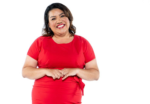 Una mujer posa con vestido rojo