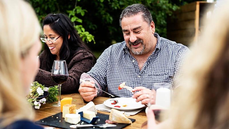 adultos cenando al aire libre