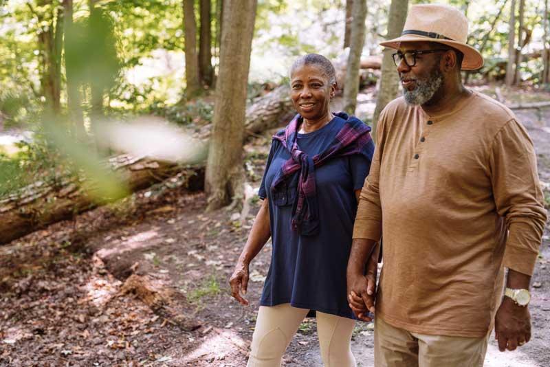 pareja de personas mayores caminando por la naturaleza