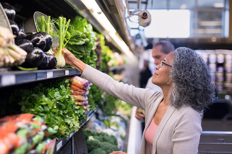 una mujer compra productos frescos en la tienda
