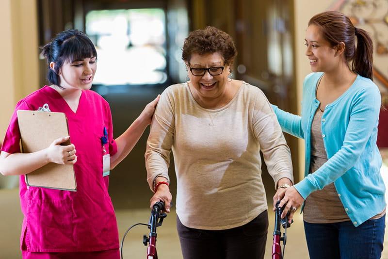mujer adulta en fisioterapia