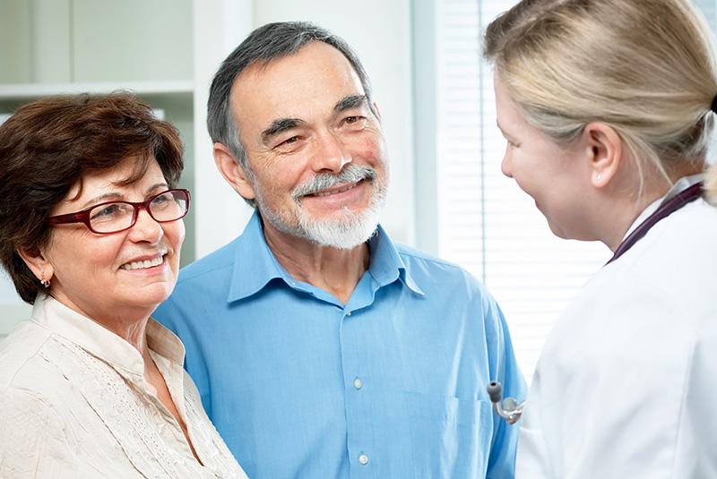 pareja mayor hablando con el médico