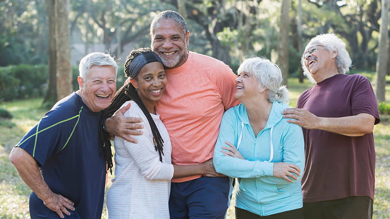 grupo de amigas mayores abrazándose al aire libre