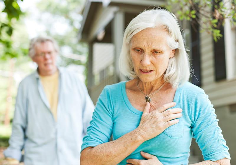 mujer mayor con dolor en el pecho