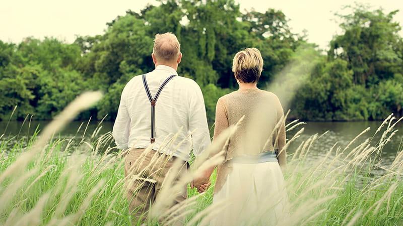 imagen posterior de una pareja mayor caminando al aire libre