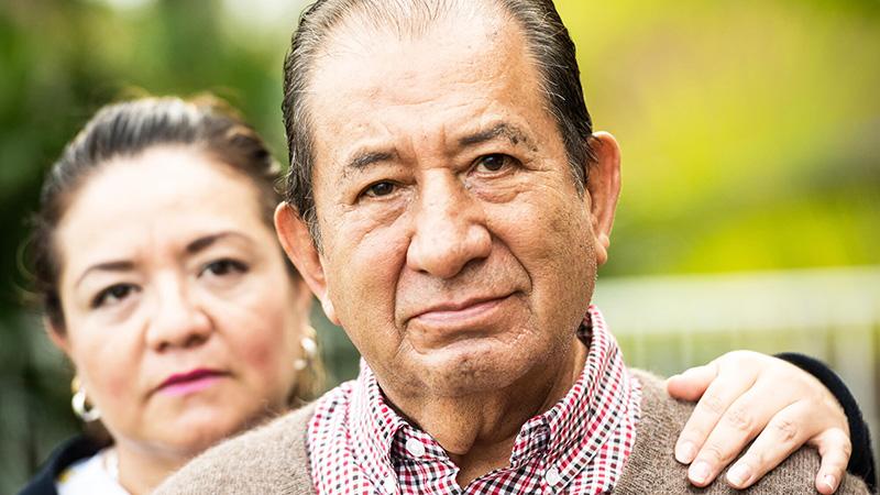 pareja de adultos mayores hispanos