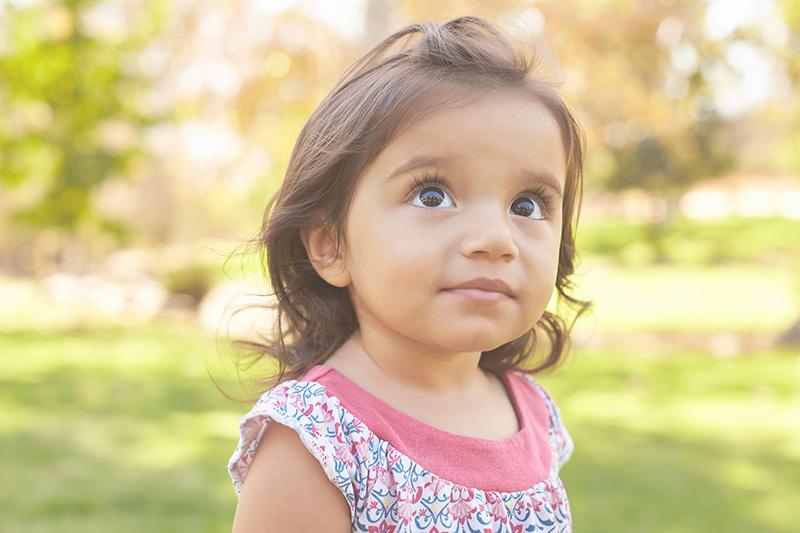niña en un parque