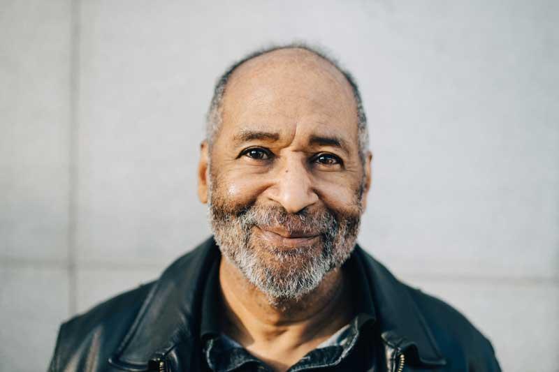 Hombre mayor sonriendo