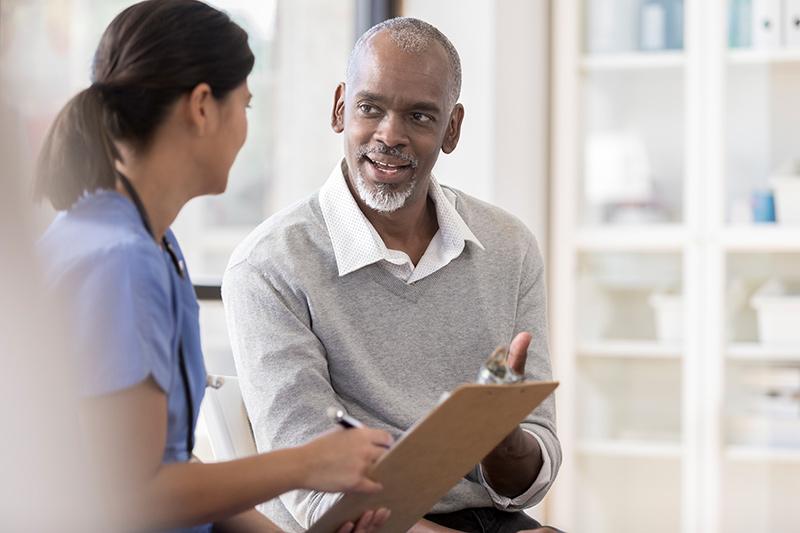 hombre hablando con una mujer profesional de la medicina