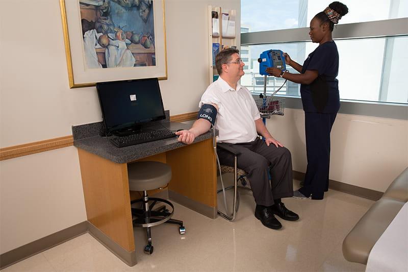enfermera comprobando la presión arterial de un paciente