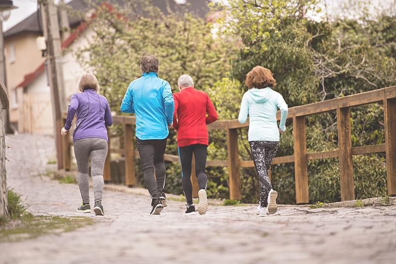 personas mayores corriendo al aire libre