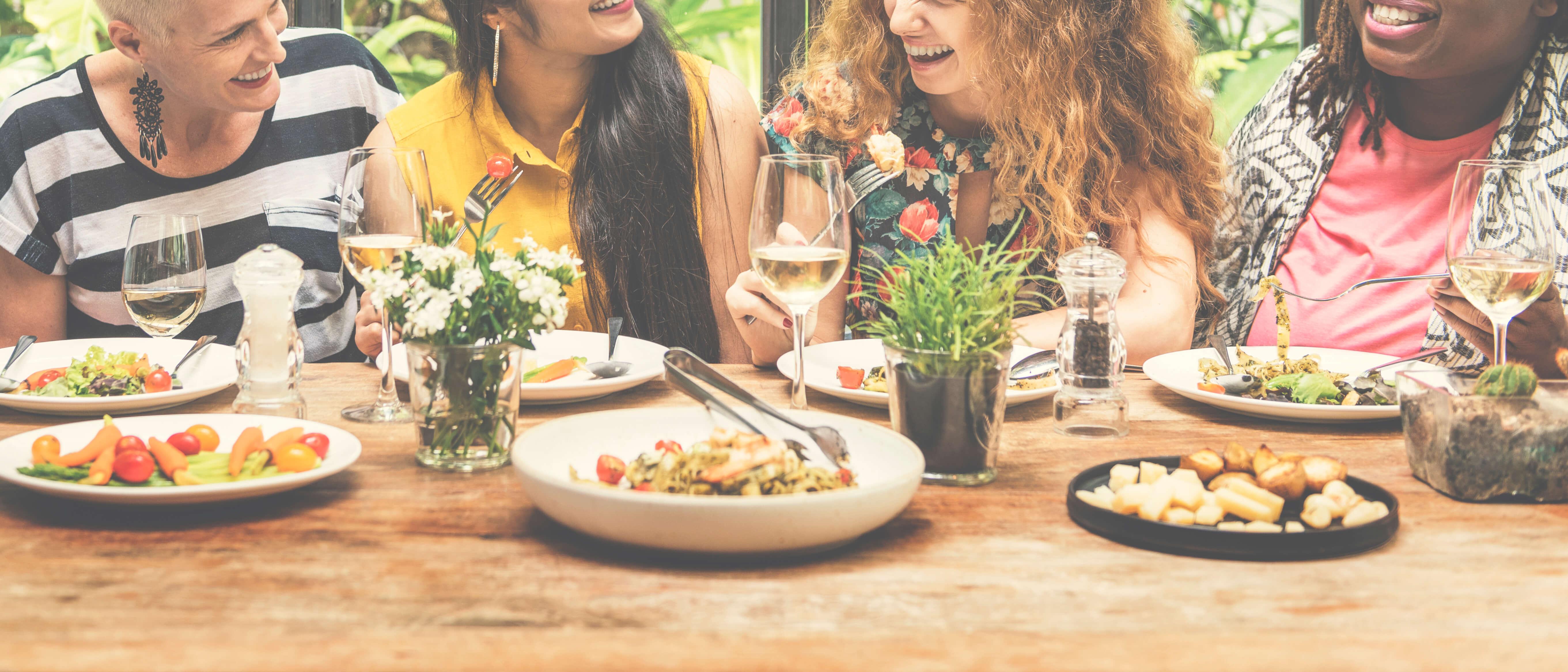 mujeres comiendo juntas