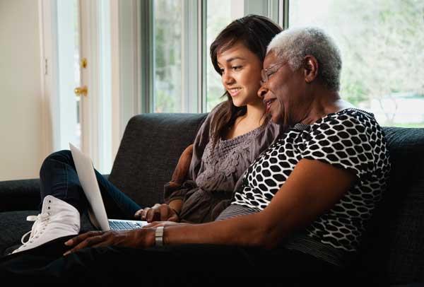 Abuela y nieta investigando en una computadora portátil