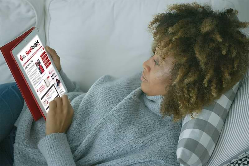 Mujer leyendo Heart Insight en una tablet