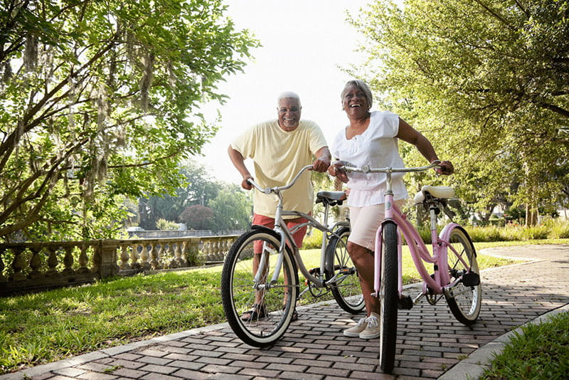 pareja con bicicletas en un parque