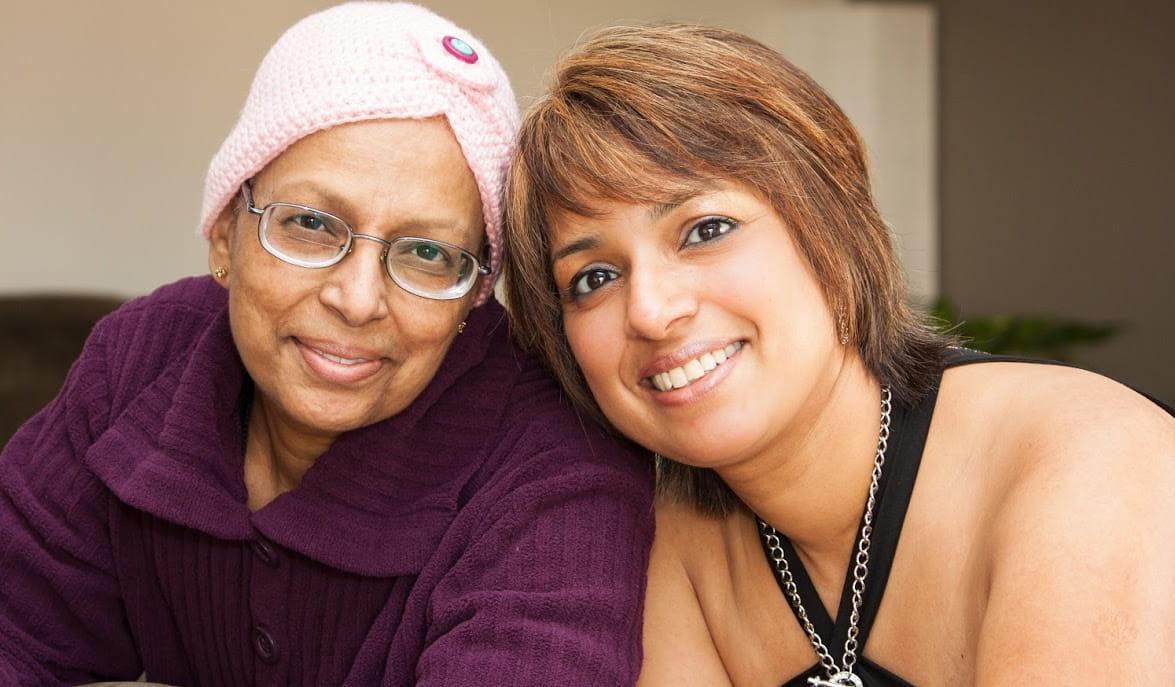 mujer con cáncer e hija adulta