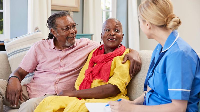 enfermera hablando con una pareja