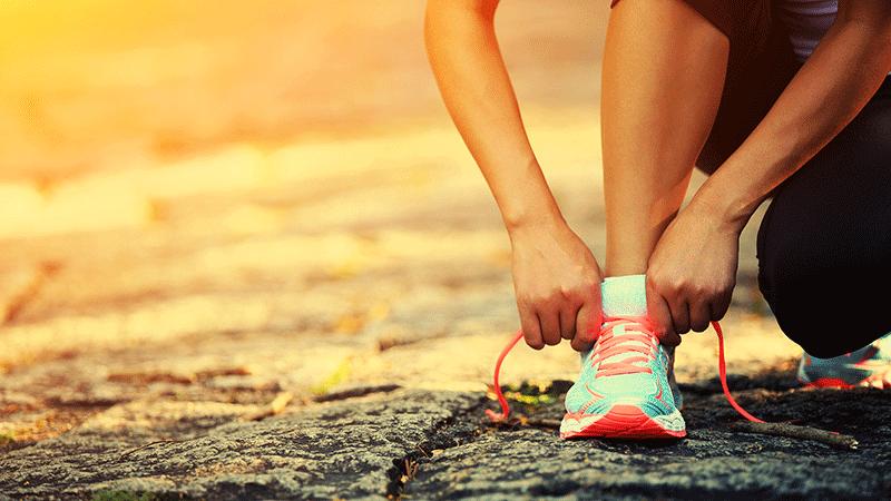 Mujer atándose los cordones de los zapatos