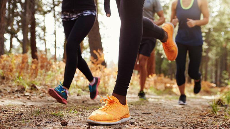 grupo de adultos corriendo al aire libre