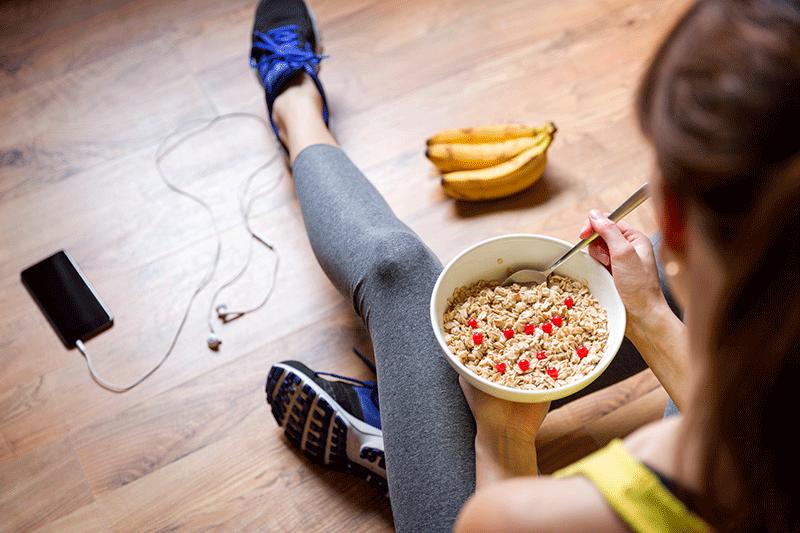mujer comiendo avena y plátano después del entrenamiento