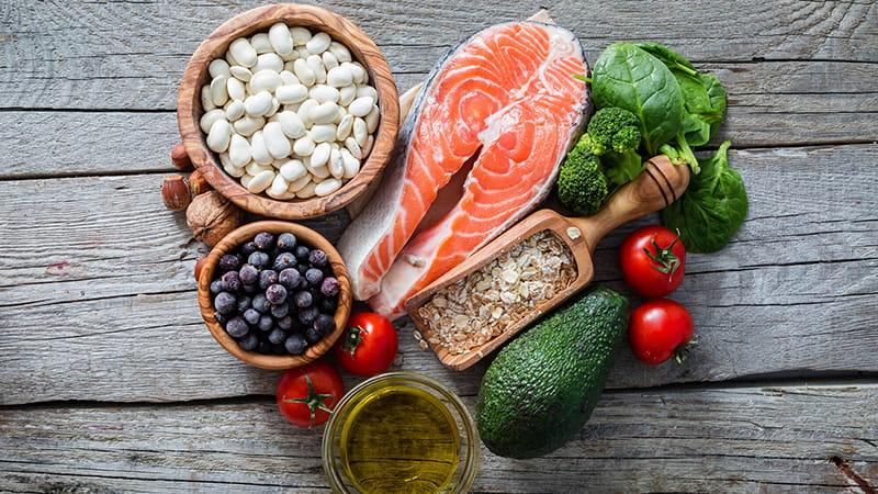 Varios alimentos populares de la dieta mediterránea