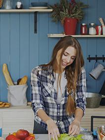 mujer preparando la comida