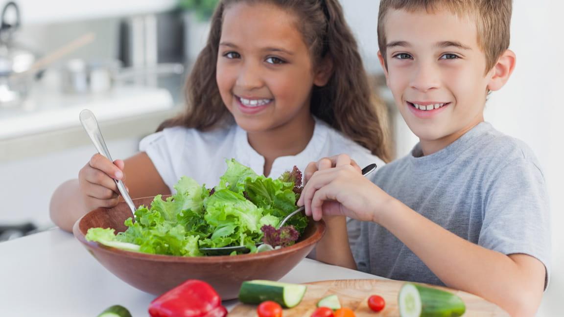 Niños preparando ensalada