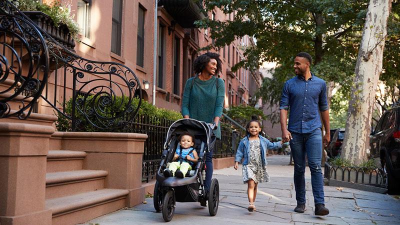 familia feliz dando un paseo por la ciudad