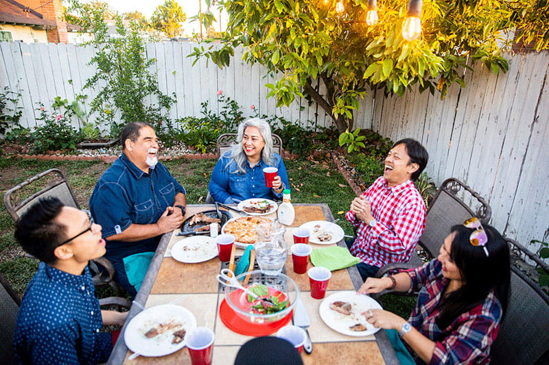MULTIGENERATIONAL FAMILY eating outdoors