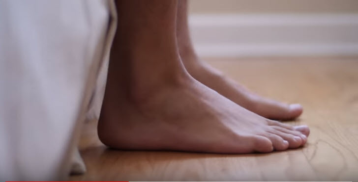 "Captura del video sobre EAP: ""Take Your Socks Off"""